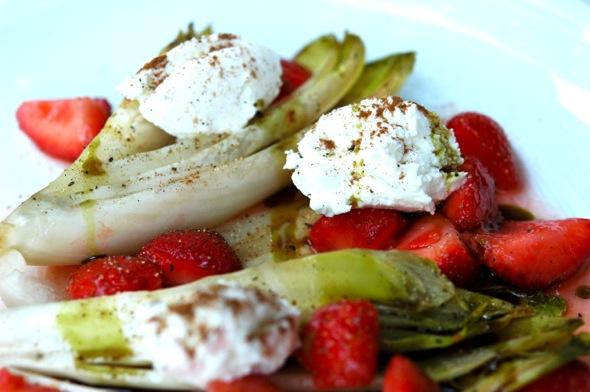 Warmer Chicorée-Salat mit mazerierten Erbeeren und Ziegenfrischkäse