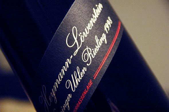 Eine Flasche Winninger Uhlen mit prägnantem Etikett