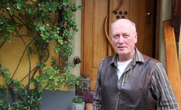 Rudolf Trossen vor seinem Weingut