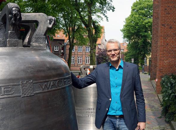 Stephan Reinhardt neben der Glocke. Ein Symbolbild, denn dass, was er schreibt und bewertet, schallt in Zukunft deutlich lauter durch die internationale Weinwelt.